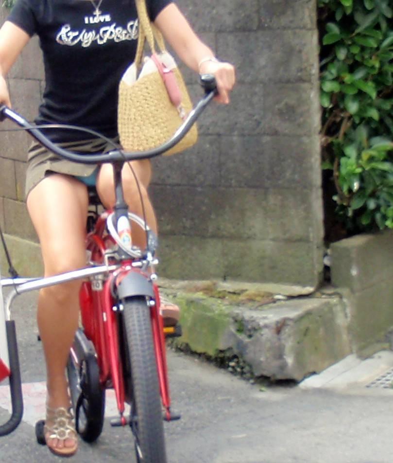 ミニスカ自転車の街撮り素人エロ画像20