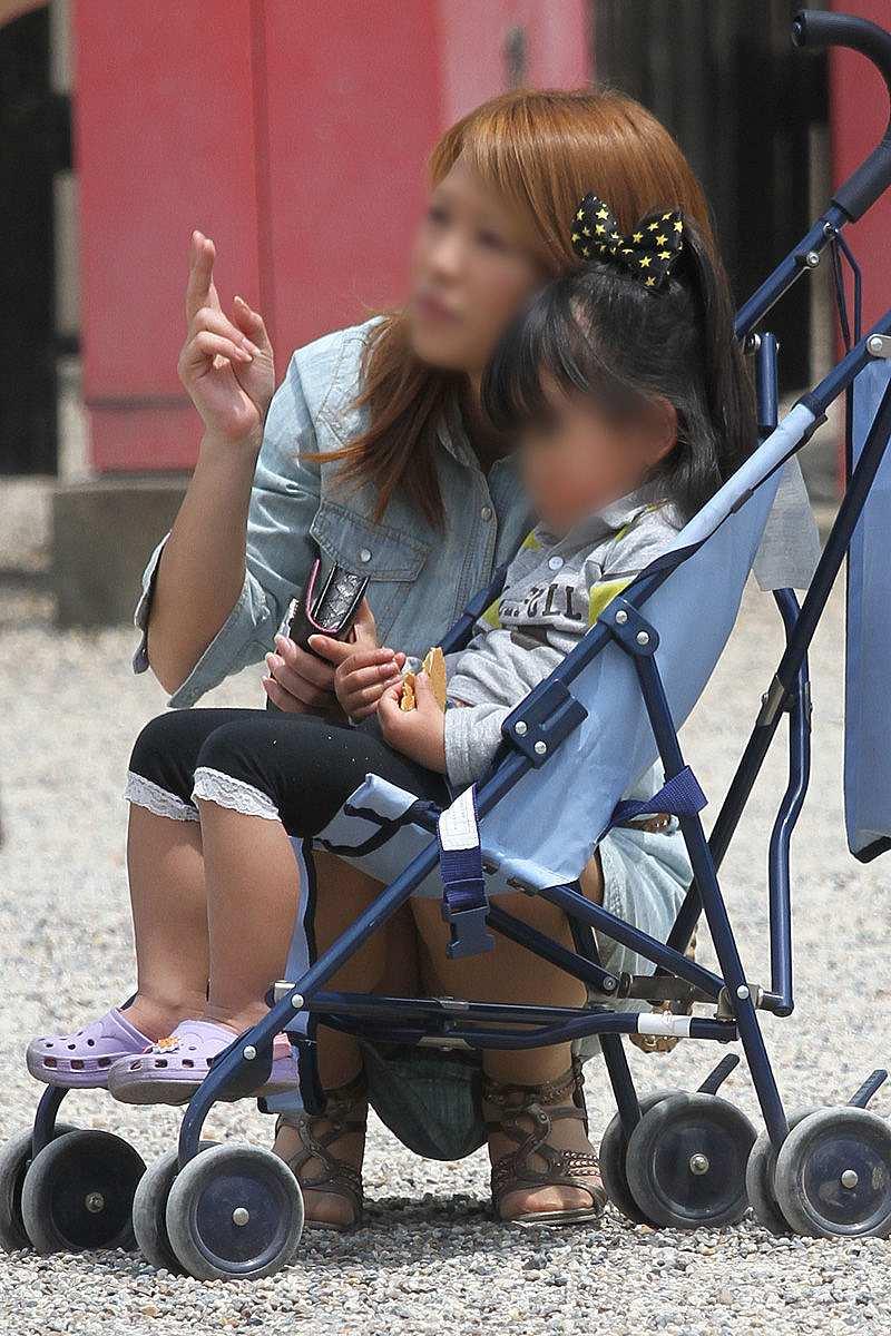 子連れママのパンチラ街撮り素人エロ画像6