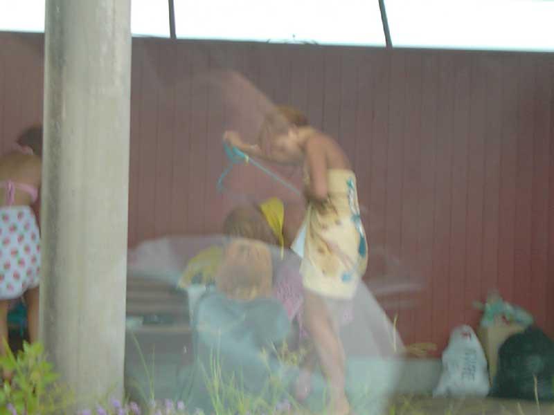 野外で着替える素人女性の盗撮エロ画像29