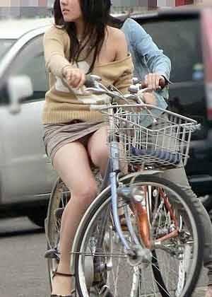 ミニスカで自転車にのってパンチラしている素人エロ画像19
