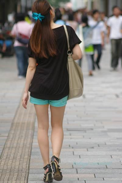 ホットパンツの生脚太もも街撮り素人エロ画像5