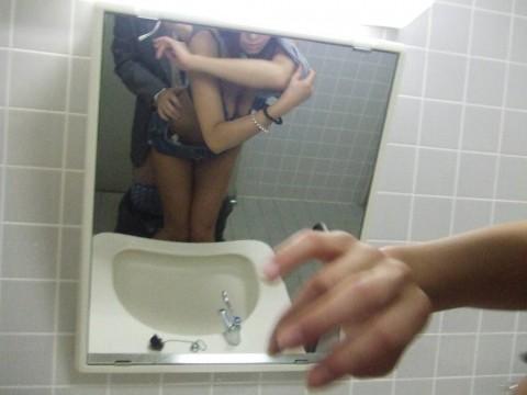 鏡前でハメ撮りしてるカップルの素人エロ画像7