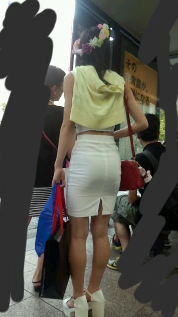 タイトミニスカ女子のお尻と太もも街撮りエロ画像16