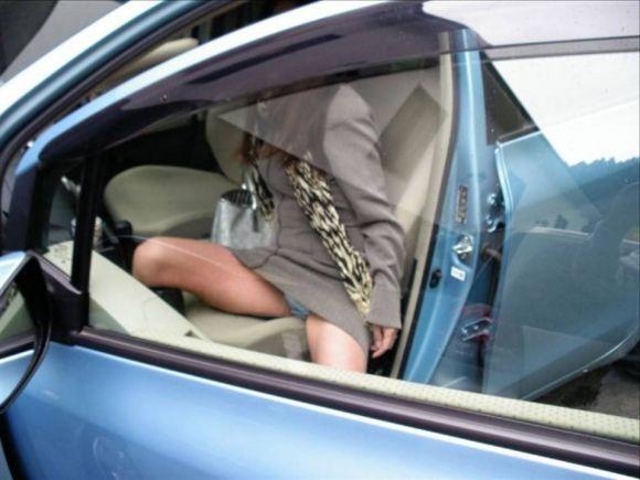 ミニスカ女子の車に関するパンチラ素人エロ画像22