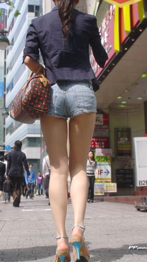 ショートパンツギャルのお尻街撮り素人エロ画像15