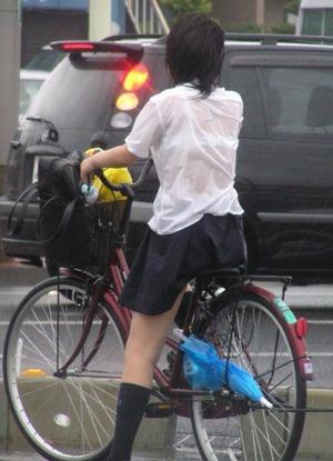 水に濡れて透けてる女子校生のエロ画像2