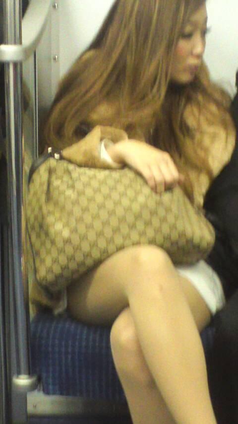 電車内ギャルの太もも盗撮素人エロ画像15