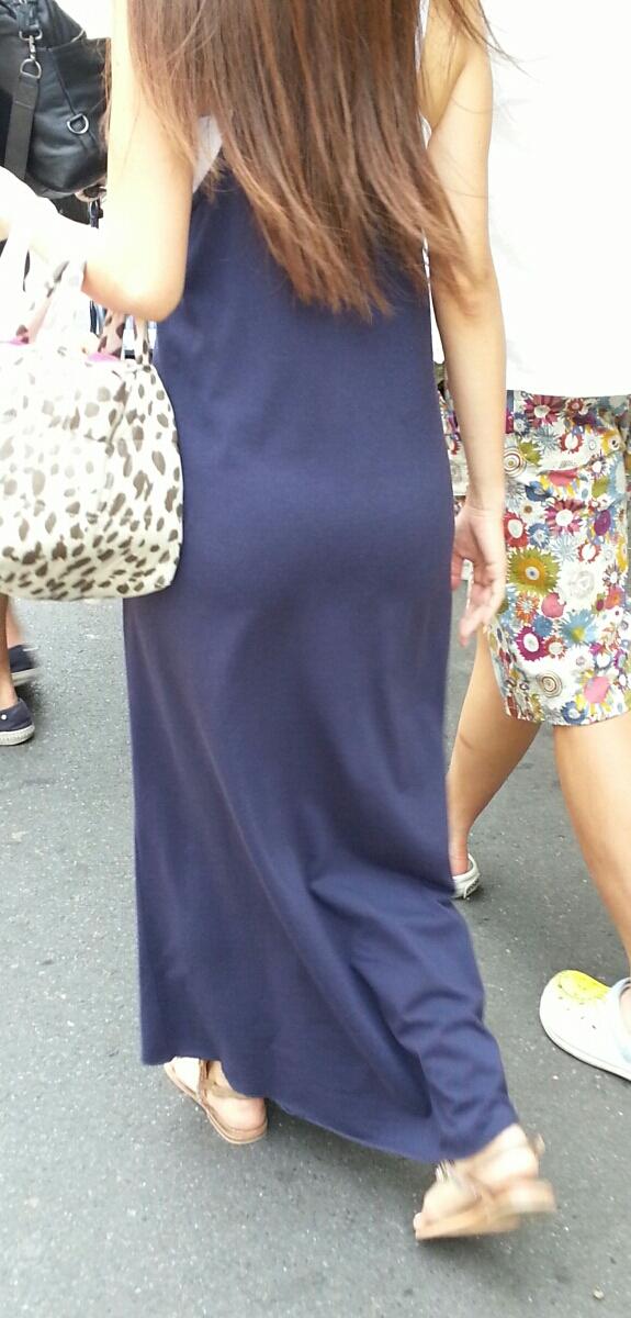 マキシワンピを着ている女子のエッチなボディラインが浮き上がった素人エロ画像17