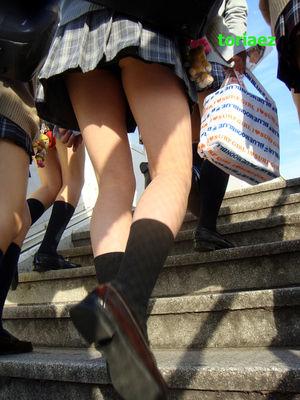 制服女子校生のローアングルパンチラ街撮り素人JKエロ画像18