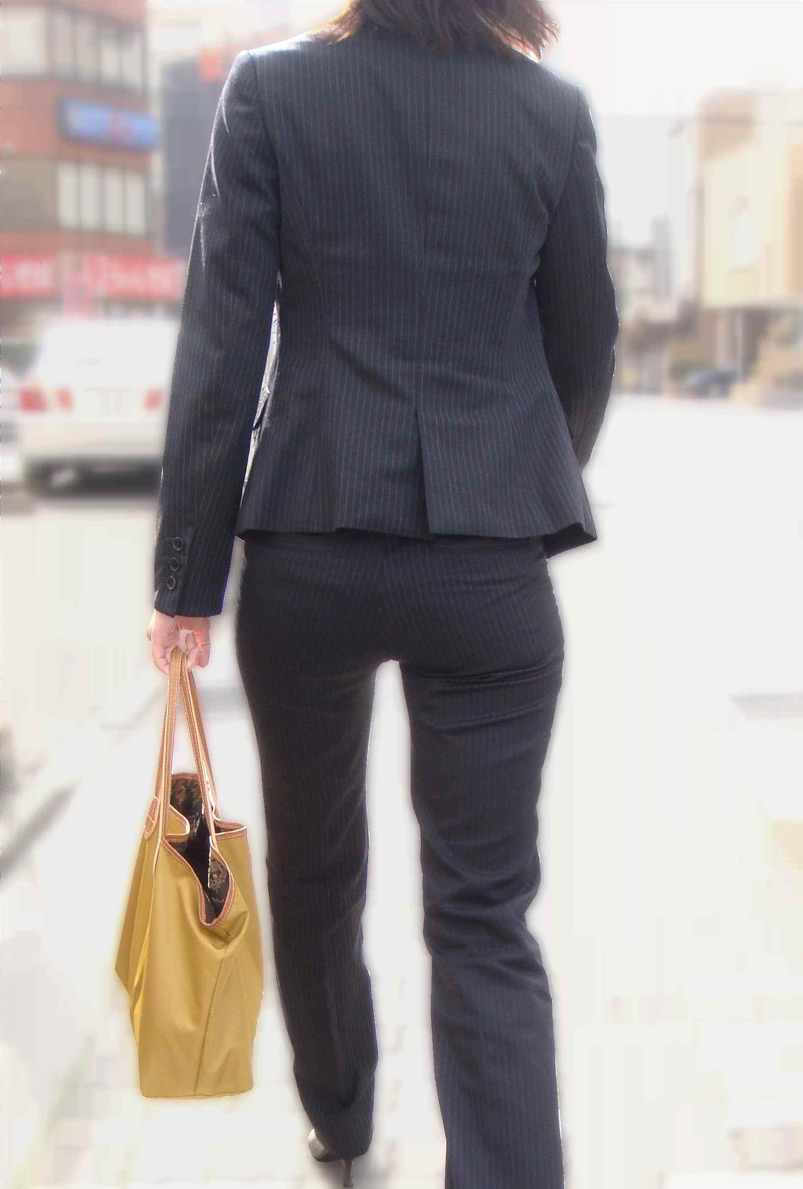 生ケツを見てみたい引き締まった小さめお尻の街撮り素人エロ画像12