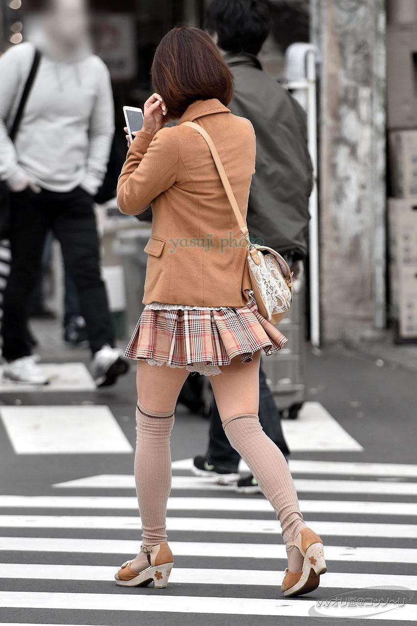 太ももがエロいニーハイギャルの街撮り素人エロ画像22