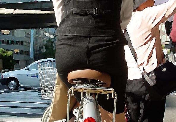 自転車に乗ってる女性のお尻街撮り素人エロ画像1