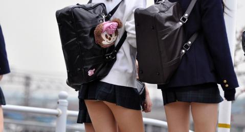 スカートが短すぎる制服JKの街撮り素人エロ画像5