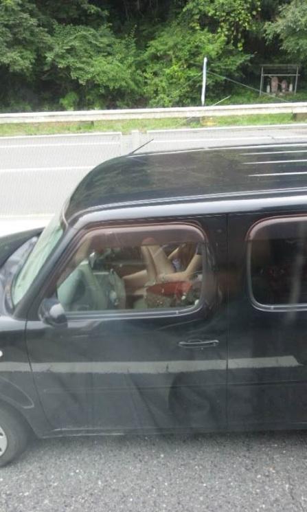 車中の女性を盗撮した素人エロ画像20