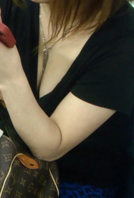 胸チラおっぱい盗撮素人エロ画像05