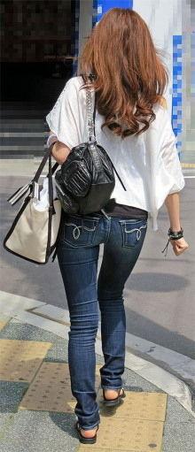 ジーンズにTシャツやタンクトップを着た女性の後姿の盗撮素人エロ画像09