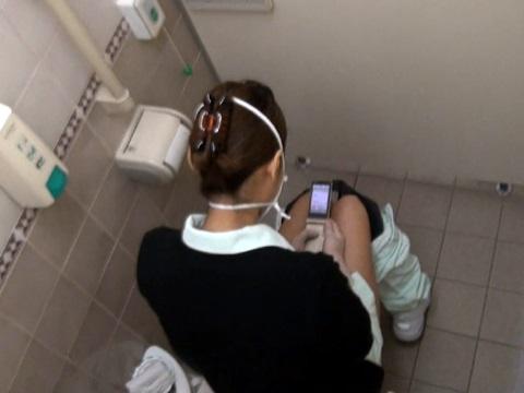 トイレ盗撮の素人エロ画像09