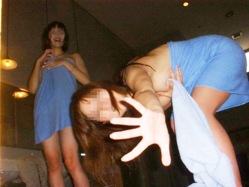お尻やおっぱいを軽いノリで見せるギャルの素人エロ画像-027