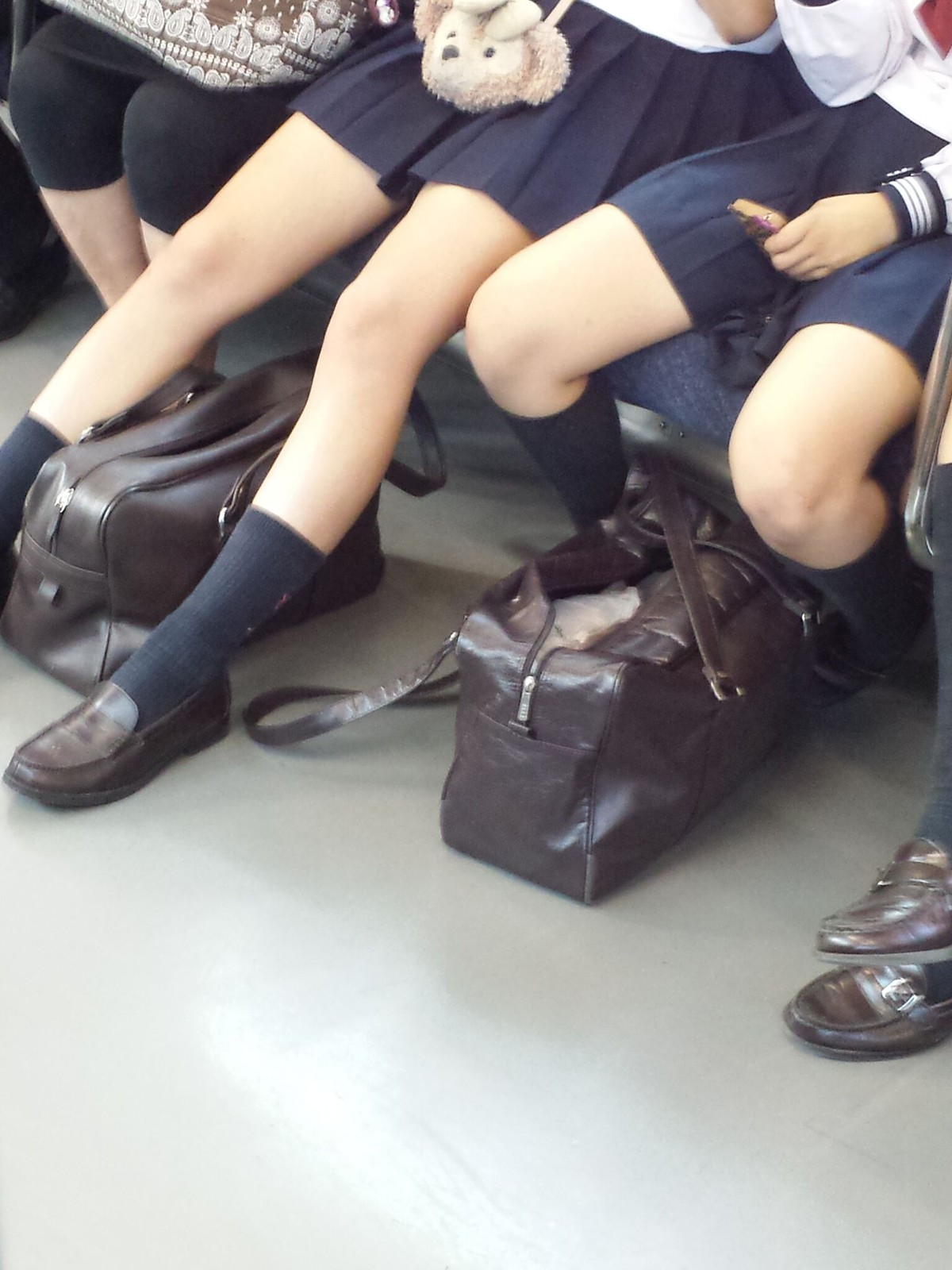制服JKの生脚太もも街撮り素人エロ画像01
