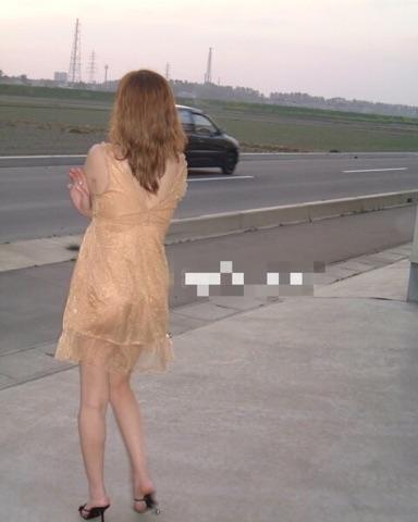 美尻パイパン女子の野外露出素人エロ画像20