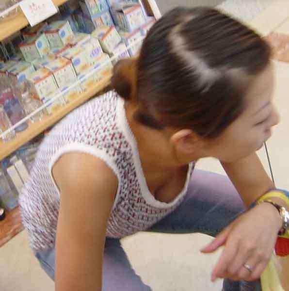 買い物中の女性の胸チラおっぱいエロ画像20