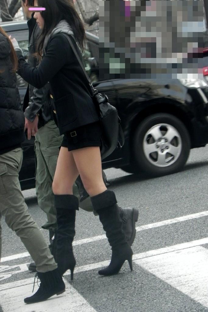 ミニスカ・ショートパンツにブーツをはいたギャル街撮り素人エロ画像7