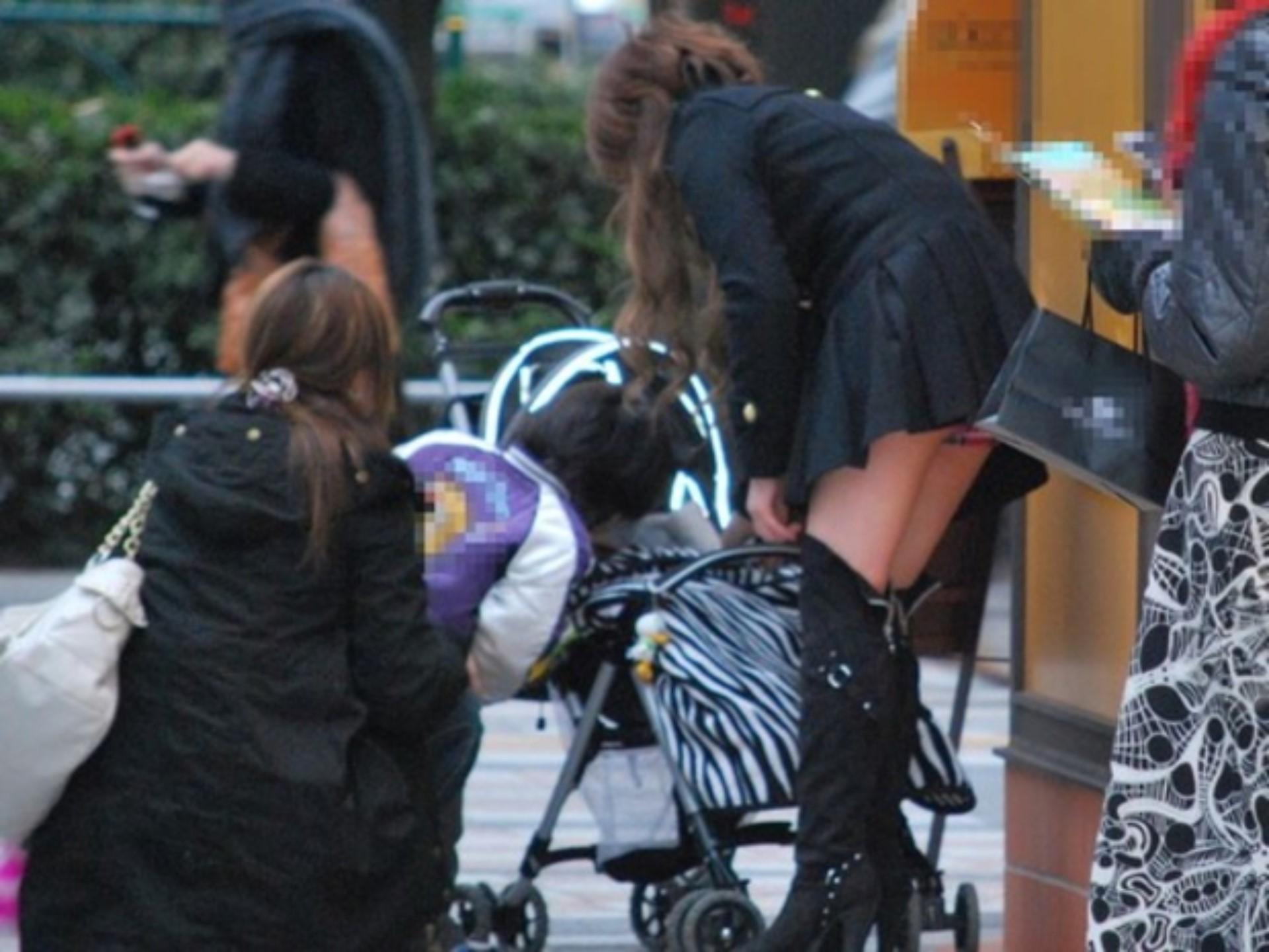 ミニスカ女子の前かがみパンチラ街撮り素人エロ画像5