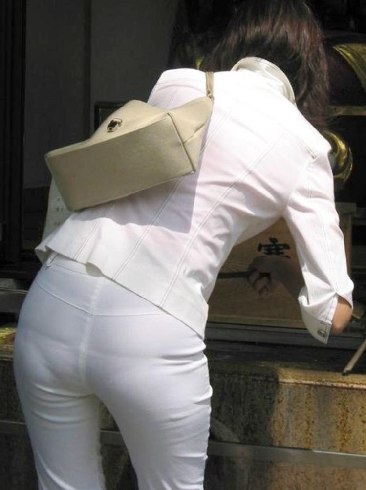 透けパンが激しいお尻の街撮り素人エロ画像8