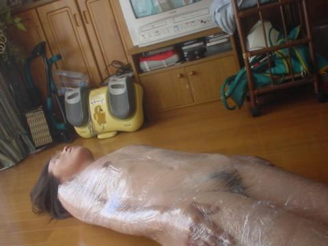 真空パックやラップ巻かれて感じる変態的性癖の素人エロ画像05