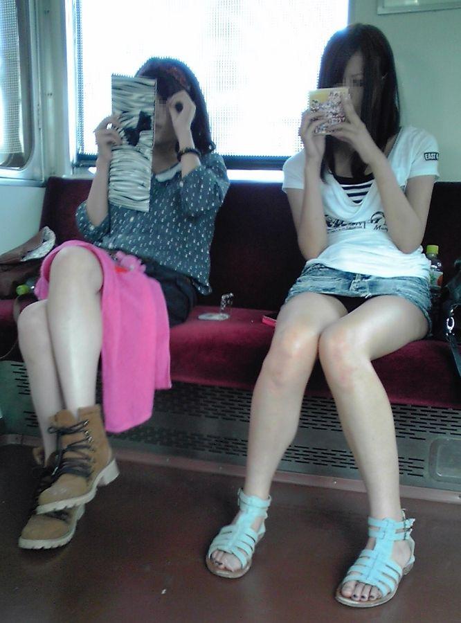ミニスカ太もも天国すぎる素人ギャルの電車内盗撮エロ画像07