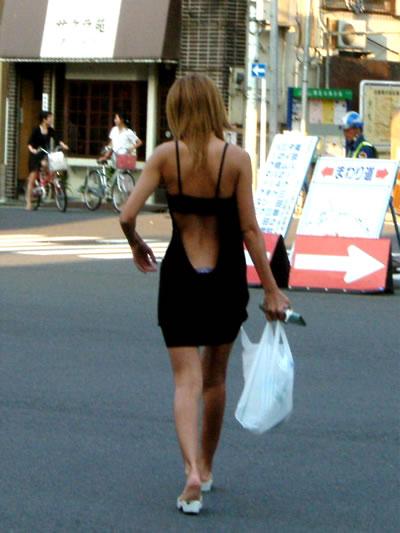 背中やお腹やお尻が見えてる露出度高めのビッチギャル街撮りエロ画像14