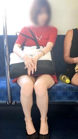 意外と太ももパラダイスな電車内盗撮素人エロ画像-046
