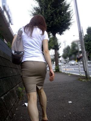 タイトスカートを履いた夏のお姉さんの後ろ姿街撮りエロ画像18