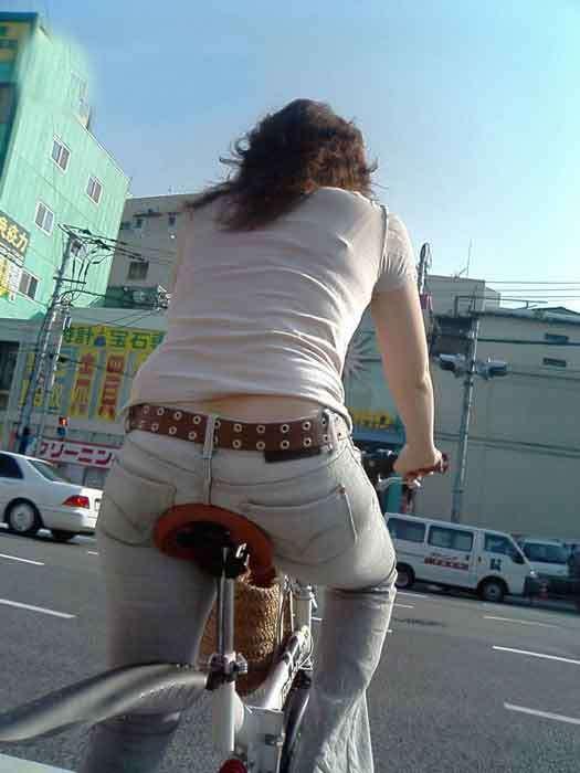 自転車のサドルに乗ってるお尻を街撮りした素人エロ画像24