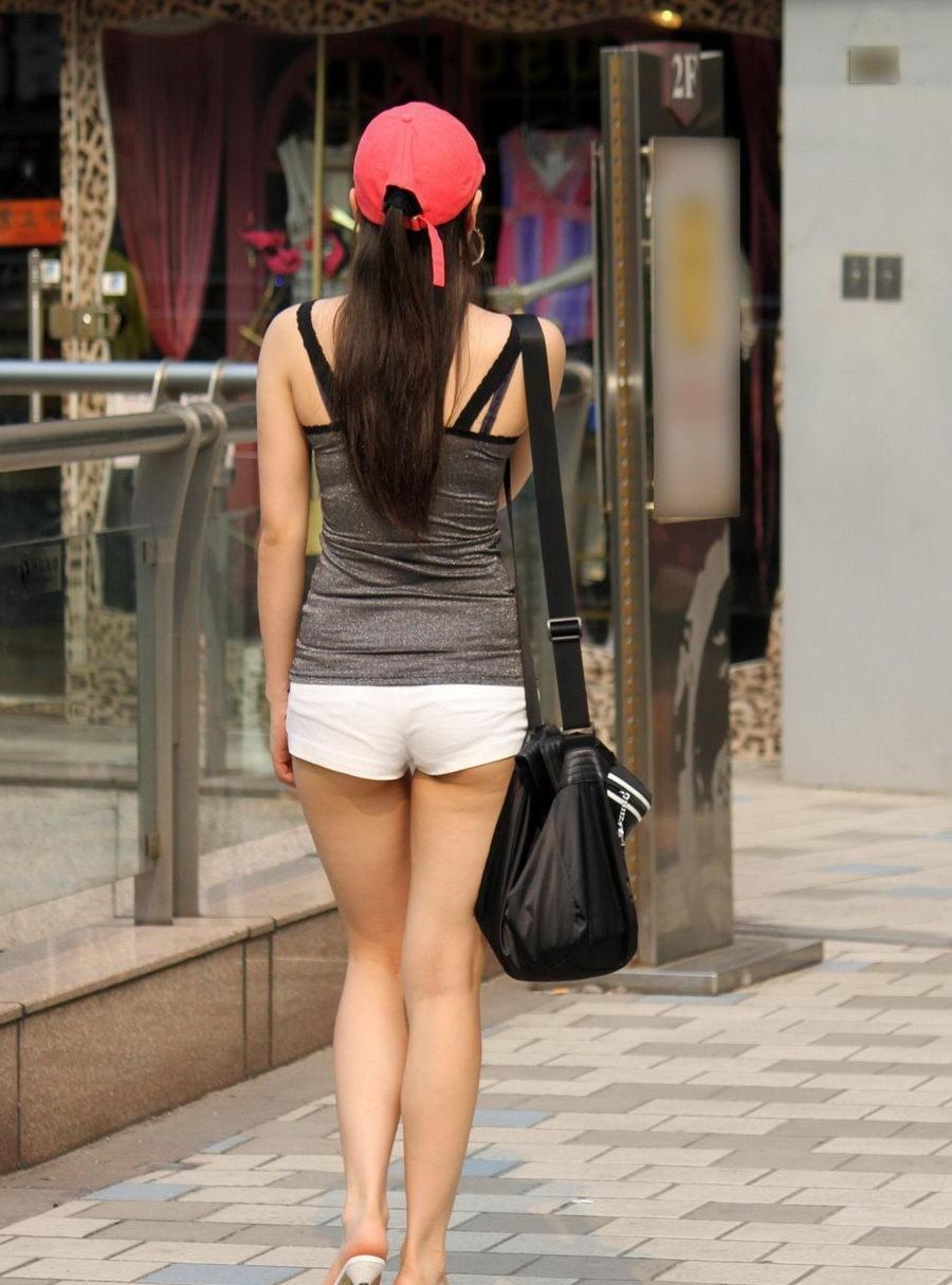健康的な下半身がエッチ過ぎるショートパンツ女子の街撮り素人エロ画像-010