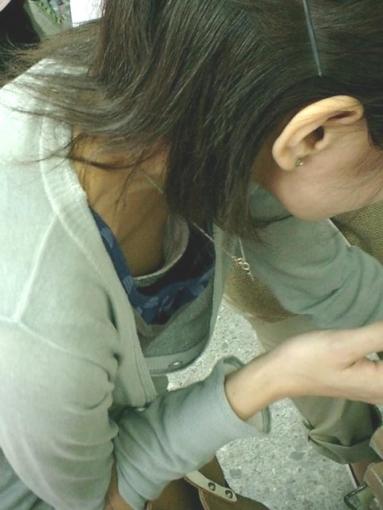 子連れママの谷間がエッチな胸チラおっぱい素人エロ画像03