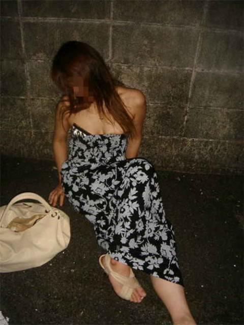 夏の終わりに調子に乗りすぎた泥酔ギャルの街撮りエロ画像17