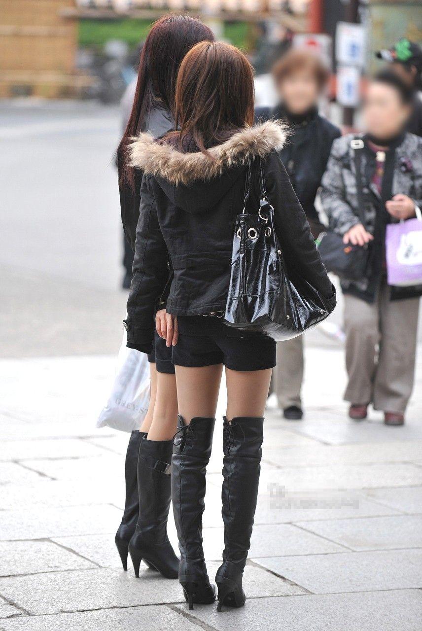 ミニスカ・ショートパンツにブーツをはいたギャル街撮り素人エロ画像13