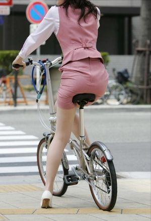 タイトスカートで自転車に乗るOL盗撮エロ画像23