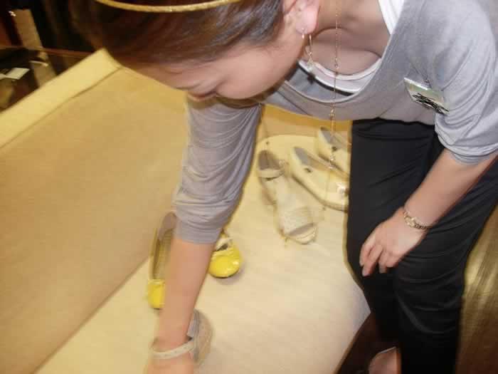 ショップ店員の胸チラおっぱいを撮った盗撮エロ画像013
