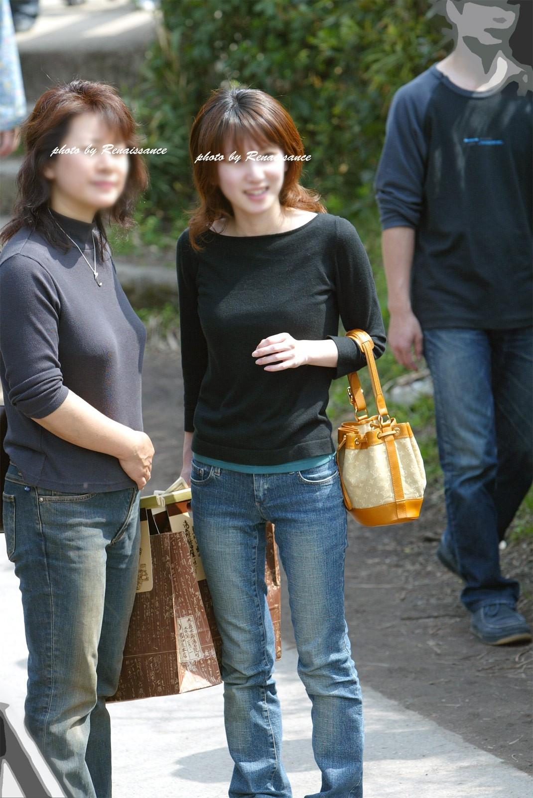 パンツルックの女性の股間を撮ったVラインのライン街撮り素人エロ画像21