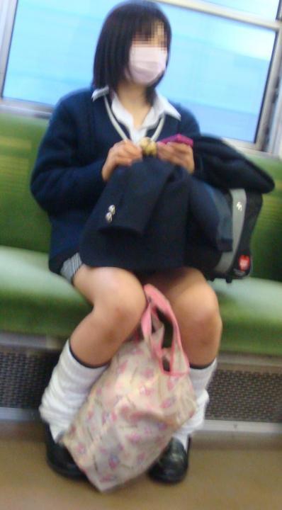 女子校生の太もも電車内盗撮素人エロ画像20