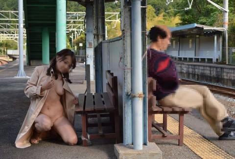 駅のホームや構内で野外露出をする素人エロ画像3