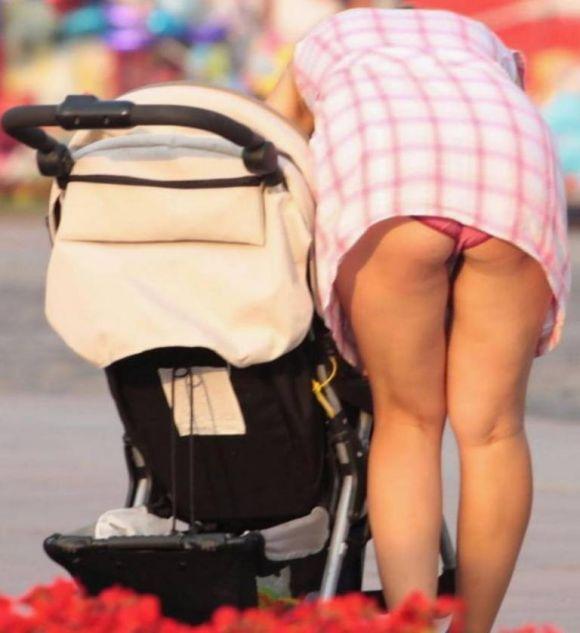 無防備すぎる夏の子連れ若ママが見せるパンチラを街撮りした素人エロ画像15