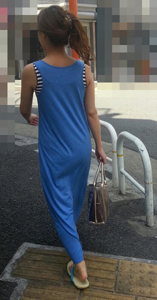 マキシワンピを着ている女子のエッチなボディラインが浮き上がった素人エロ画像02