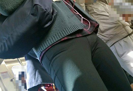 パンツルックの女性の股間を撮ったVラインのライン街撮り素人エロ画像12