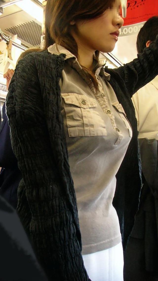 着衣巨乳や胸チラの街撮り素人エロ画像17