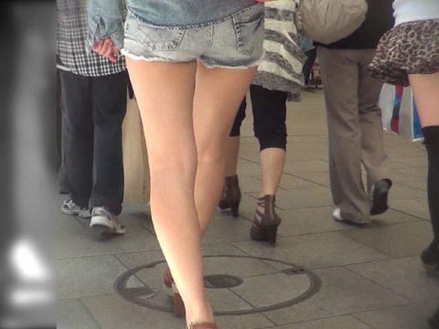 ショートパンツギャルの街撮り素人エロ画像11
