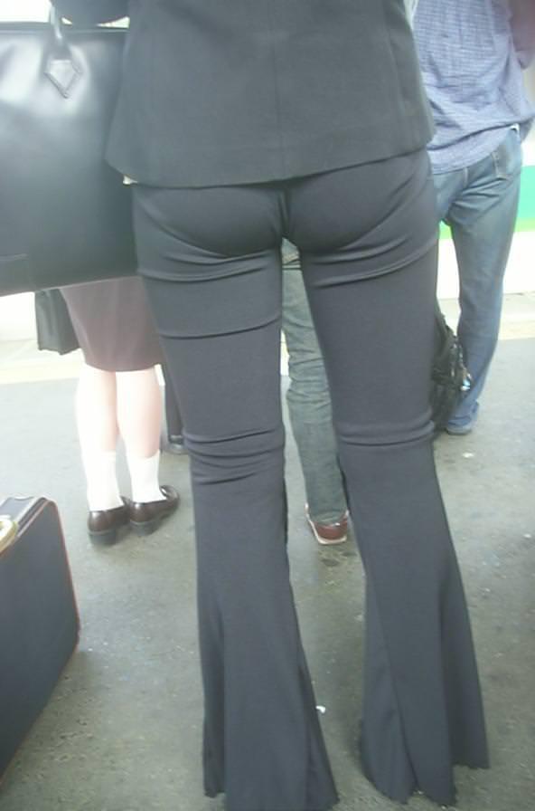 OLさんのパンツスーツのパン線くっきりお尻を街撮りした素人エロ画像06