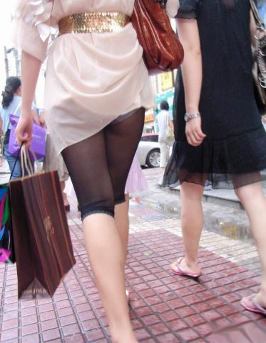 本人が気づいてなさすぎるパンチラ街撮り素人エロ画像13